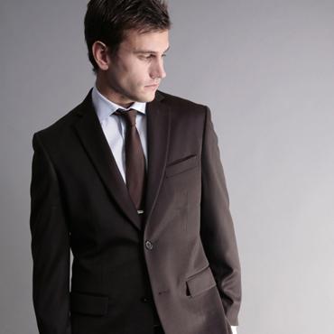 Tilltalande brun kostym i ull, thread count 150...