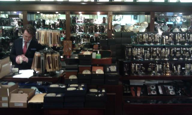 Ett snabbt taget fotografi av interiören. Längst in i butiken fanns 3 (ständigt fullsatta) frisörstolar, för klippning och våtrakning.